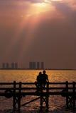 par som tycker om romantisk solnedgång Arkivfoton