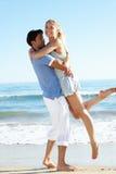 Par som tycker om romantisk strandferie Arkivbild
