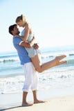 Par som tycker om romantisk strandferie Royaltyfria Bilder