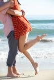 Par som tycker om romantisk strandferie Royaltyfri Foto