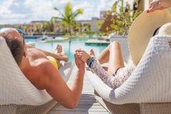 Par som tycker om semester i lyxig semesterort Arkivbilder