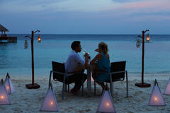 Par som tycker om sent mål i utomhus- restaurang Royaltyfria Foton