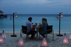 Par som tycker om sent mål i utomhus- restaurang Royaltyfri Fotografi