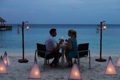 Par som tycker om sent mål i utomhus- restaurang Fotografering för Bildbyråer