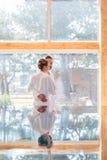 Par som tycker om sikt på wellnessbrunnsortpöl Arkivfoton