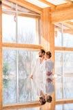 Par som tycker om sikt på wellnessbrunnsortpöl Royaltyfri Fotografi