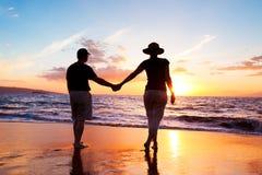 Par som tycker om solnedgång royaltyfri fotografi