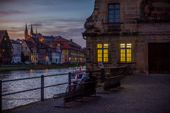 Par som tycker om solnedgången i Bamberg Arkivfoton