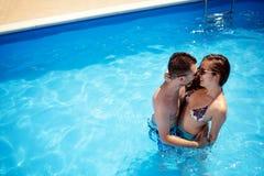 Par som tycker om sommar i pöl arkivbilder