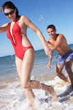 Par som tycker om strandferie Royaltyfria Bilder