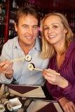Par som tycker om Sushi i restaurang Fotografering för Bildbyråer