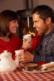 Par som tycker om Tea och caken vid Ett slags tvåsittssoffa journalbrand Arkivbild