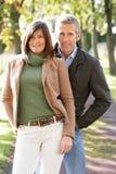 par som tycker om utomhus- romantiker, går Arkivfoto