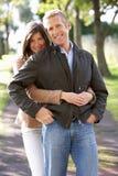 par som tycker om utomhus- romantiker, går Arkivbilder