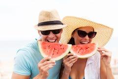 Par som tycker om vattenmelon Fotografering för Bildbyråer