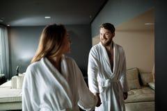 Par som tycker om wellnesshelg fotografering för bildbyråer