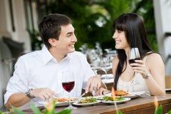 Par som utomhus äter Royaltyfri Bild