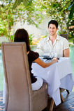 Par som utomhus äter royaltyfria bilder