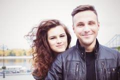 Par som utomhus kramar och ler Royaltyfria Foton