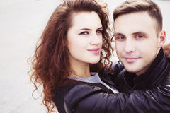 Par som utomhus kramar och ler Arkivfoto