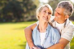 Par som utomhus omfamnar Royaltyfri Fotografi