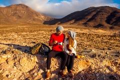 Par som utomhus äter Arkivbilder