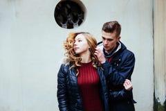 Par som utomhus tycker om i stads- omgivning Royaltyfri Fotografi