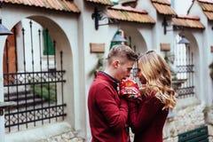 Par som utomhus tycker om i stads- omgivning Royaltyfria Foton