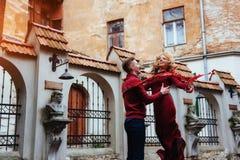 Par som utomhus tycker om i stads- omgivning Arkivfoton
