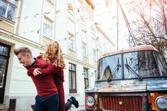 Par som utomhus tycker om i stads- omgivning Royaltyfri Foto