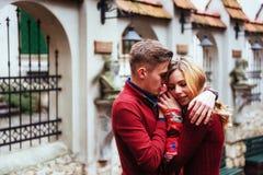 Par som utomhus tycker om i stads- omgivning Fotografering för Bildbyråer