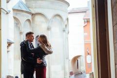 Par som utomhus tycker om i stads- omgivning Royaltyfria Bilder