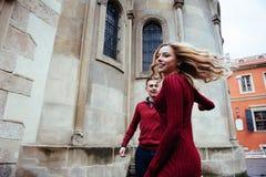 Par som utomhus tycker om i stads- omgivning Royaltyfri Bild