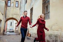 Par som utomhus tycker om i stads- omgivning Arkivfoto