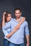 par som uttrycker ung modejeans Fotografering för Bildbyråer