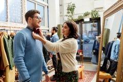 Par som väljer bowtie på tappningklädlagret fotografering för bildbyråer