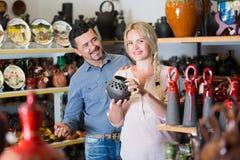 Par som väljer den keramiska bunken Arkivbilder