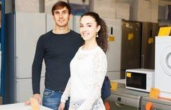 Par som väljer det nya kylskåpet royaltyfri fotografi