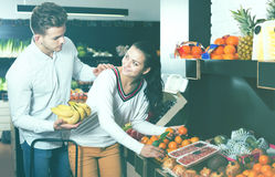 Par som väljer frukter shoppar in Royaltyfria Bilder