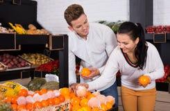 Par som väljer frukter shoppar in Royaltyfri Fotografi