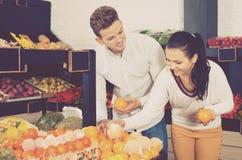 Par som väljer frukter shoppar in Arkivfoton