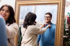 Par som väljer kläder på tappningklädlagret Royaltyfria Foton