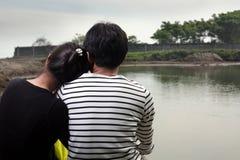 par som vänder den lyckliga väggen mot Arkivfoton