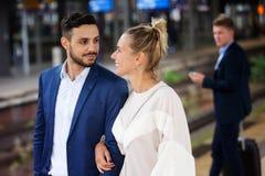 Par som väntar på plattformen på drevstationen Royaltyfri Foto