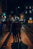 Par som vaknar på gatorna på natten royaltyfria foton