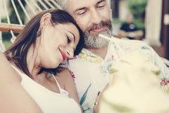 Par som vilar i en hängmatta arkivfoton