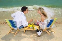 Par som vilar på stranden Fotografering för Bildbyråer