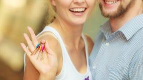 Par som visar deras tangenter för nytt hus Royaltyfria Foton