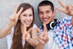Par som visar fredtecknet Royaltyfria Bilder