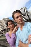 Par stod nästa byggnader fotografering för bildbyråer